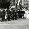 F0374 <br /> De viering van het 25-jarig regeringsjubileum van koningin Wilhelmina. Foto genomen ter hoogte van huize Vredesteyn en de Molenstraat. Zie ook 'Kent u ze nog… de Sassenheimers?'  van A.M. Hulkenberg,  pag. 55. Foto: 1923.