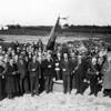 F4166 <br /> Het terrein waarop de Sikkens Lakfabrieken zal worden gebouwd met o.a. burgemeester Gouverneur. Foto: 1939