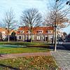 F0244 <br /> Kruispunt Westerstraat/Charbonlaan met links van de straat de huizen van de Charbonlaan uit de jaren '20. Die twintig huizen hebben plaats moeten maken voor het appartementencomplex Gildehof. De tien huizen aan de Charbonlaan, zes aan de linkerzijde van de Westerstraat en de vier huizen aan de Jacoba van Beierenlaan zijn eind 1993 gesloopt. Op de voorgrond het voetpad naar het nieuwe gemeentehuis en het vijvertje met kunstwerk voor het gemeentehuis.   Foto: 1993.