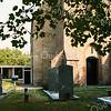F2436<br /> Het kerkhof rondom de Ned.-herv. kerk (Dorpskerk). Foto: 1976.