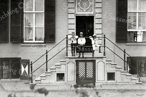 F1247 <br /> Het statige bordes van Het Oude Koningshuys. De drie kinderen zijn waarschijnlijk v.l.n.r. de drie broers Jan, Leo Eduard en Gerard Kruijff.