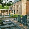 F2438<br /> De consistorie en het kerkhof rondom de Ned.-herv. kerk (Dorpskerk). Foto: 1976.
