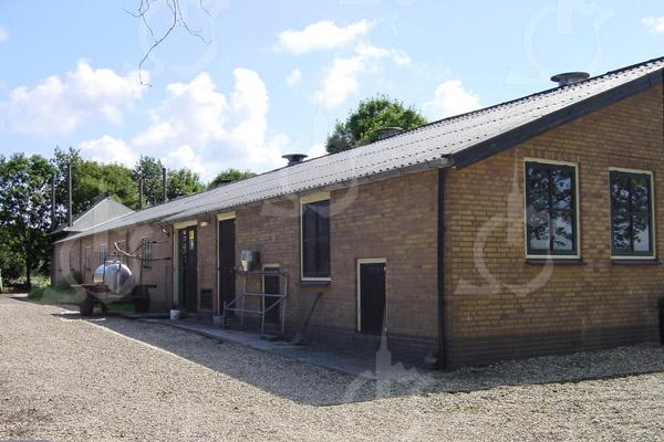 F0747 <br /> Het stalgebouw naast de boerderij van Theo van der Plas aan de Menneweg 165. Foto: 2003.