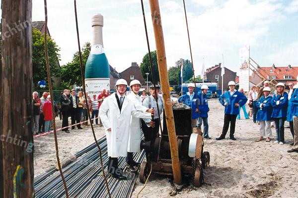 F2597<br /> Wethouder Brussee slaat de eerste paal voor nieuwe woningen in de Prins Bernhardstraat. Foto: 2004.