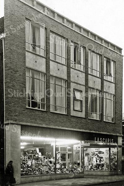 F2688<br /> De winkel van G. Lascaris aan de Hoofdstraat 201, kort na de opening. De winkel heeft er gestaan van 1956 tot 1978.