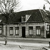 F1658 <br /> Hoofdstraat met links de bakkerij van Wanninkhof en de oude huizen van links de fam. C. Stelma en rechts de fam. C. Melman. De lage huisjes werden eind  jaren '70 gesloopt. De dame rechts is Ria van der Wiel-van Steijn. Foto: 1976.