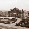 F3475<br /> Huize St.Bernardus, bejaardenhuis en verpleegafdeling, afgebroken in 1971. De eerste steen werd gelegd op 13 mei 1924, architect was J. Tonnaer en de aannemer was C. Kiebert. De inwijding vond plaatst op 4 december 1924.<br /> Het lichte gebouw uiterst links is de bollenschuur van Van Zonneveld & Philippo N.V. Foto: vlak na 1924.