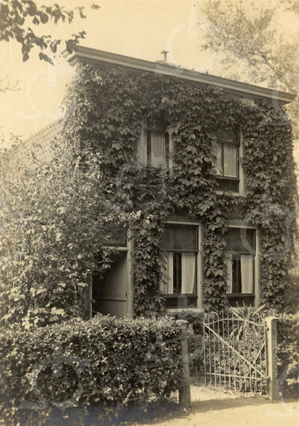F0785 <br /> Het voor de bloemist H.J. Blinde in 1905 gebouwde woonhuis aan de Menneweg, thans J.P. Gouverneurlaan 22. Naast het tegenwoordige pand van de heer F. Filippo was voorheen de Rabobank. Foto: vóór 1921.<br /> <br /> [Collectie Oudshoorn 039: woonhuis H.J. Blinde 1905.]
