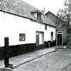 F4242<br /> <br /> De boerderij van Karel Drost aan de Kastanjelaan. Deze is inmiddels gesloopt om plaats te maken voor nieuwbouw. De achterliggende stal is bewaard gebleven en dient als opslagplaats.