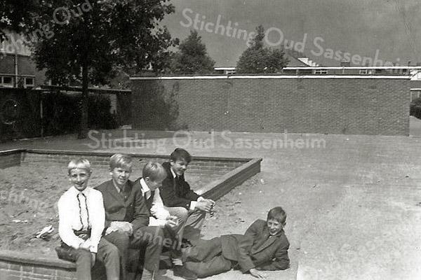 F2767<br /> De zandbak tussen de Gladiolenstraat en Narcissenlaan. v.l.n.r.   Y.de Vries  K. de Vries; nb; R. Helmus en liggend P. de Vries. Foto: circa 1964