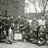 F1609 <br /> Mobilisatie 1914. Een groep militairen en keukenpersoneel. Waarschijnlijk staat Peter Vis  rechts achter de militair die in het midden achter het bord staat. De locatie en overige personen zijn onbekend. Op het bord staat vermeld: 'Vlissingen mobilisatie 1914'. Foto: 1914.
