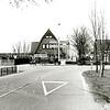 F1380b <br /> Kruising Hoofdstraat (r), Rijksstraatweg (l) en de Warmonderweg, gezien vanaf de Warmonderweg. Links zien we het café van Juffermans, het pand in het midden (Rijksstraatweg 75, het kantoor van G & S assurantiën en van Skyjob Uitzendburo (werd bewoond door Th. Verkleij). Rechts het huisje van De Mooij (Hoofdstraat 1; afgebroken in december 2005).