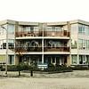 F3922<br /> De Gildehof werd gebouwd na de sloop in 1993 van 21 huizen aan de Westerstraat, de Jacoba van Beierenlaan en de Charbonlaan. Rechts de Westerstraat. Foto: 2014.
