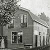 F0823 <br /> De Molendwarsstraat, een karakteristiek straatje. Op nummer 3a staat de voormalige bollenschuur van Gerrit Dannijs, gebouwd in 1909. Voor oudere Sassenheimers was hij een echt dorpsfiguur. Het pand is verbouwd tot woning maar is in grote trekken aan de buitenkant nog steeds in oorspronkelijke staat.  Nu (2016) al vele jaren bewoond door A. v.d. Geest. Foto: vóór 1921.<br /> <br /> Collectie Oudshoorn 055: bollenhuis Molendwarsstraat G. Dannijs 1909.