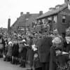 F3660<br /> De mensen langs de weg in Sassenheim noord tijdens de bloemencorso. Foto: 1957.