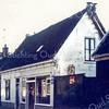 F0173 <br /> Woonhuis en kruidenierswinkel van Gerrit van Egmond aan de Kerklaan. Rechts woonde vroeger mevr. Schalk. Links zien we de woningen van Van Duin, Hogewoning en Oudshoorn. Uiterst links de olieschuur van Oudshoorn. Foto: 1975.