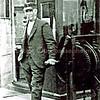 F1955<br /> S.L.J. van der Kraan bij het bedieningsrad waarmee de spoorbomen werden omhoog- of omlaaggedraaid. Hij staat voor het wachthokje bij de spoorwegovergang Klinkenberg. Foto: 1932.