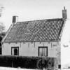 """F0706 <br /> Het geboortehuis van de fam. van Kesteren aan de Rijksstraatweg nr. 44, vlakbij de Klinkenbergerbrug. Het pand is later bewoond geweest door de fam. Van Egmond. Door latere bewoners is het opschrift """"'t Huisje"""" op de rechtergevel aangebracht. Het pandje is gebouwd in 1864 en gesloopt in december 1989."""