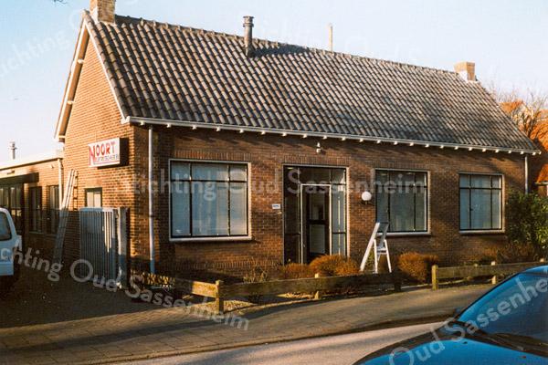 F1633 <br /> Het kantoor en de werkplaats van de fa. Noort Electro Techniek B.V. aan de Bijweglaan. Voorheen waren hier de bollenschuur en het kantoor van de fa. L. Oudshoorn & Zn. Foto: 2001.