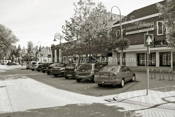 F2302<br /> Het begin van de J.P. Gouverneurlaan (vanaf de Hoofdstraat). Rechts hetverzekeringskantoor Bijdorp en makelaar De Leeuw met diverse winkels en appartementen (sinds 1996).  Dan de voormalige Rabobank.