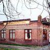 F0323 <br /> Het bedrijf van P. Verhoeve aan de Vaartkade. Hier werd beschilderd keramiek in een duurdere uitvoering gemaakt. Vroeger was in dit pand het kantoor van bloembollenbedrijf B.D.Kapteyn & Zn. gevestigd. Na Verhoeve werd modelmakerij Friedhof  in dit pand gevestigd. Het kantoorpand werd in 2002 gesloopt.  Foto: 1998.