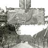 F0363 <br /> De J.P.Gouverneurlaan in 1945. Een erepoort met de afbeelding van 'de hoorn des overvloeds', het Zweedse wittebrood, met versiering aan weerszijden van de straat. Links het park Rusthoff en rechts op de hoek van de Hoofdstraat was de bloemenzaak van Van Eeuwen, gevolgd door een rij arbeidershuisjes. Later kwam hier de Rabobank. Op de achtergrond zien we de De Visserschool. Foto: 1945.