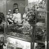 F3569<br /> Het interieur van de winkel van bakker Huib Stelma (links) en zijn vrouw Bertha Stelma-Kooy. De winkel was gevestigd op de hoek van de Bijdorpstraat en de Hoofdstraat, nr.158.