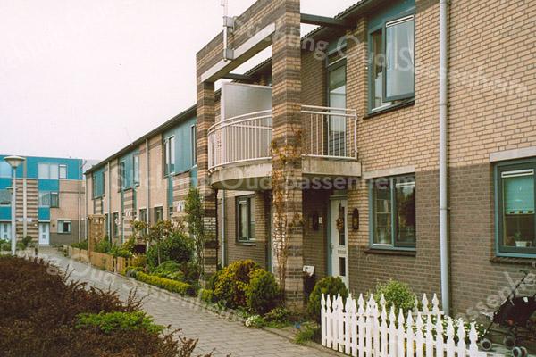 F1835<br /> Huizen in de Postwijk aan de J.J. van Rhijnstraat (oneven huisnummers), genoemd naar de stichter van de Korenmolen van Sassenheim (1846). De huizen kwamen in 1992 gereed. Foto:2000.