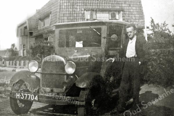 F0367 <br /> J.Oostenrijk poseert voor zijn huis (dat niet op de foto te zien is) op de Beukenlaan (thans Parklaan) met zijn A-Ford met zelfgebouwde carrosserie. Hij dreef een wijnhandel en had een slijterij in Rijnsburg. In het huis Cadsandria op de foto (nu Parklaan nr. 78) woonde vroeger fam. Vercouteren. Het huis nr. 80 werd tot in de jaren '80/'90 bewoond door de fam. G.Slikkerveer. De huizen links op de achtergrond staan langs de Rusthofflaan, gezien aan de achterzijde. Na het pand van Slikkerveer stonden verder geen huizen tot aan het pand van P. Westerbeek, thans Parklaan 118. Foto: 1949.