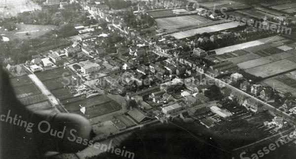 F0885 <br /> Luchtfoto van Sassenheim Centrum ten noordoosten van de Kerklaan en de Hoofdstraat. De foto is genomen vanuit de zeppelin die  op 6 oktober 1929 over ons dorp voer. Van linksboven naar rechtsonder zien we Hoofdstraat, rechtsboven de Teijlingerlaan en in de linker bovenhoek het Park Rusthoff.