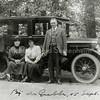 F2848<br /> Een dag uit naar de Grebbe. Vlnr: A.M. Boeijinga, mevr. Van Zonneveld, mevr. Boeijinga en dhr. Herman Van Zonneveld. <br /> Herman van Zonneveld was bollenkweker/exporteu en heeft de fam. Boeijinga een dagje meegenomen in zijn auto. Foto: 1921