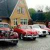 F1511 <br /> Een collectie oldtimers voor het woonhuis van Piet Nicola, Hoofdstraat 44.