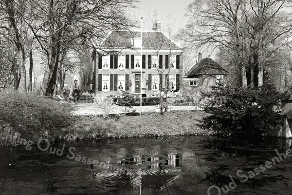 F0037 <br /> Rijksmonument Het Oude Koningshuys, gelegen aan de Wilhelminalaan. In eerste aanleg gebouwd in de 17e eeuw, maar in de 18e eeuw ingrijpend verbouwd. Oorspronkelijk heette het 'de hofstede, genaamd het huijs Ter Nieuwburgh'. Stadhouder Willem III heeft het van 1680-1700 door erflating in eigendom gehad, maar hij heeft er nooit gewoond. Sinds 1946 tot in de jaren tachtig is het hotel-café-restaurant. In 2001 is het Koningshuys gekocht door Bas Romeijn, die het voor eigen bewoning heeft laten restaureren. Foto: 1996.
