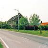 F1992<br /> De bollenschuur van Nieuwenhuis & Co aan de Rijksstraatweg. Na jarenlange leegstand is de schuur  in 1996 afgebroken, om plaats te maken voor nieuw te bouwen bedrijfsgebouwen in het Bedrijventerrein Sassenheim-zuid.