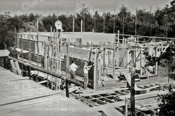 F1025 <br /> Huizen in aanbouw aan de Willem Warnaarlaan/Elbalaan aan de noordkant van het kruispunt met de Parklaan (tegenwoordig de rotonde aan het eind van de Parklaan). 1959-1960 bouwerij 'de Kom' Willem Warnaarlaan/Elbalaan. Architect: Sterenberg