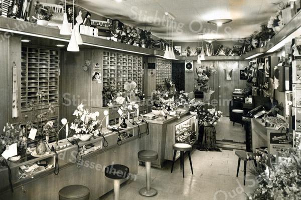 F3527<br /> De opening (na een verbouwing) van de winkel van de fa. IJsselmuiden & Zn (met een grammofoonplatenafdeling). Foto: 14-09-1956.