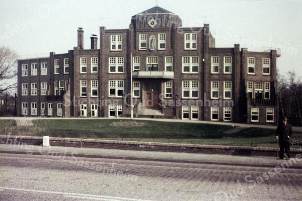 F0311 <br /> Vooraanzicht van  Huize St. Bernardus, bejaardenhuis en verpleeginrichting aan de Hoofdstraat, afgebroken in 1971. De eerste steen werd gelegd op 13 mei 1924. Architect was J.H. Tonnaer en de aannemer was C.J.  Kiebert. De inwijding vond plaats op 4 december 1924. Foto: ca. 1960.