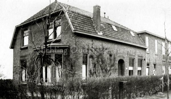 """F2768<br /> Menneweg 73 te Sassenheim, het huis van de familie Adrianus Schoo, die in 1942 vertrok naar Texel waardoor dit pand en de er achter liggende grond vrij kwam. Hier vestigde Hygia zich, na gedwongen evacuatie door de Duitsers uit het Scheveningse gedeelte (Duinoord) van Den Haag. Op deze plaats zou volgens oude geschriften vroeger een eendenkooi geweest zijn, behorende bij het begijnenklooster """"Te Nes""""."""