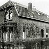 F2768<br /> Menneweg 73 te Sassenheim, het huis van de familie Adrianus Schoo, die in 1942 vertrok naar Texel waardoor dit pand en de erachter liggende grond vrijkwamen. Hier vestigde zich in 1943 confectiebedrijf Hygia, na gedwongen evacuatie (door de Duitsers) uit het Scheveningse gedeelte (Duinoord) van Den Haag. Op deze plaats zou volgens oude geschriften vroeger een eendenkooi geweest zijn, behorende bij het begijnenklooster Te Nes.