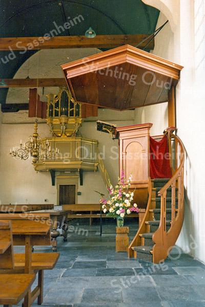 F2444<br /> Het interieur van de Ned.-herv. kerk (Dorpskerk) met het Goltfusz-orgel en de preekstoel. Foto: 1976.