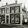 F2159<br /> Het pand Oude Haven 13 gebouwd met bollenschuur voor de firma Frijlink in 1880. Later werd het woongedeelte bewoond door P. van Niekerk; in de bollenschuur was toen zijn meel- en graanhandel gevestigd. Op deze foto uit 1987 is daar de manden- en meubelmakerij van W.J. van Biezen. Later was hier drogisterij Dirckx. Het beeldbepalende pand dat thans eigendom is van de Digros wordt met sloop bedreigd.