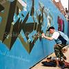 F2598<br /> Het beschilderen van een bouwschutting aan de Hoofdstraat. Foto: 2004.