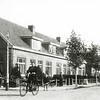 F0534 <br /> De rij huizen langs de Kerklaan (noordkant) bij het kruispunt met de Parklaan (oostzijde). Het eerste huis werd bewoond door L. Oudshoorn. Het tweede door de fam. P.J. de Boer. Het derde door wed. Van der Voort en het vierde door schoenmaker Van Leeuwen. De dame op de fiets is is mevr. Hoogervorst-van Nobelen, die op Lindenlaan 7 woonde. Foto: jaren '50.