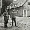 F2761<br /> Duitse militairen bij de boerderij van Dirk van den Bosch op het terrein van Huis ter Leede. Links staat Tony Huttenhofer. Thans (2017) wordt de boerderij nog steeds bewoond door A. Oskam. Foto: 1941.