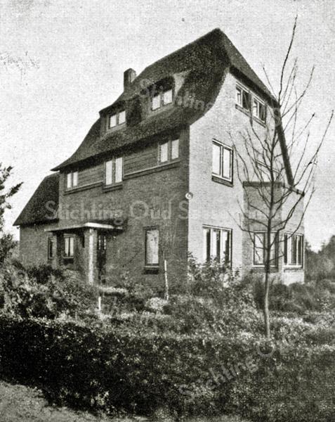 F2737<br /> De vroegere woning van de fam. Oostveen aan de Jacoba van Beierenlaan nr. 16. Later woonde hier de fam. Hulsbergen (van de operettevereniging Beatrix). De woning is een ontwerp van architect Lohmann en is gebouwd in 1926. Architecten: Ponsen en Lohmann.  Foto: vóór 1929.