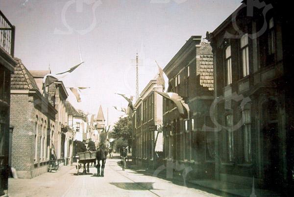 F4320<br /> Links het pand van Van der Meer, dan de maalderij van Van Niekerk; boekhandel J.W. de Gruijter en het witte zusterklooster. Op de achtergrond het torentje van het pand, waar later Barend van Loo was gevestigd. Rechts het huis van G. Vlasveld, dan de zaak van Bruijnen; het huis van de fam. Vos en het pand van Bemelman.