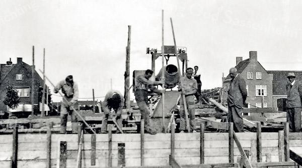 F3966<br /> De bouw van de Oosthavenbrug over de Sassenheimervaart was van grote invloed op de haven. Het deel aan de westzijde van de brug was niet meer bereikbaar voor de boten van Wesseling en De Boer. <br /> Rechts op de foto zien we de heer Kiebert van het gelijknamige aannemersbedrijf dat de brug in 1951  gebouwd heeft.