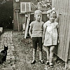 F3013<br /> Jan en Wil Braam (tweeling) achter hun huis op de 3de Poellaan. Foto: rond 1938