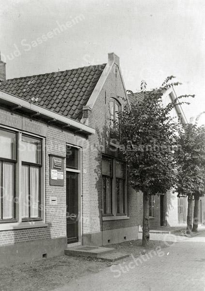 F0857<br /> Collectie Oudshoorn 079: kantoor van J. Visser Vlasveld.<br /> Kerklaan 9 (volgens de oude nummering). Foto: vóór 1921.