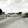 F2356<br /> Het kruispunt Sassenheim-noord, gezien vanaf de Van Pallandtlaan. De NZH-bus gaat richting Lisse. Aan de overkant van het kruispunt zien we de Carolus Clusiuslaan. Foto: jaren '50.